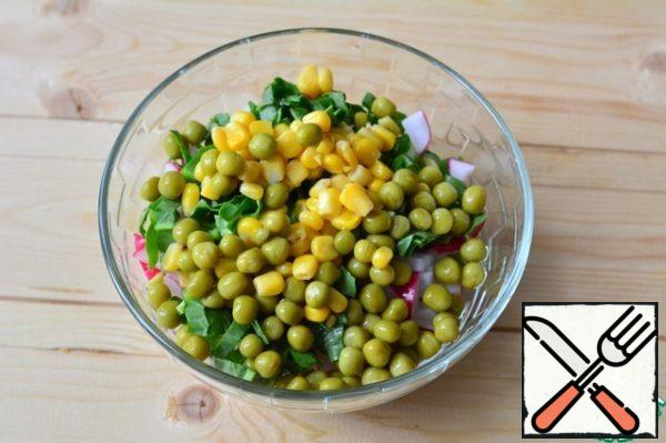 Put the prepared products in a bowl. Add green peas and corn.