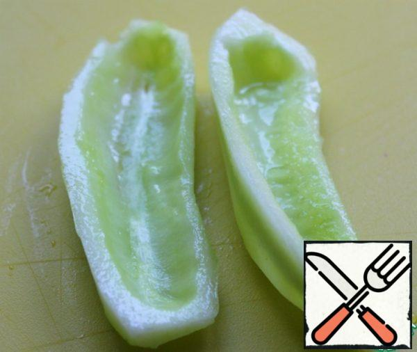 Cucumber to clear from skins and seeds. Cut into cubes.