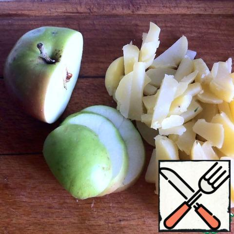 Boil potatoes in their skins, peel. Cut into straws themselves by growing potatoes and apple.