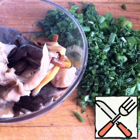 With mushrooms drain the marinade and coarsely chop them. Chop the dill and green onions.