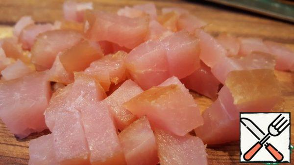 Prescription it is advisable to add salted meat. I took the carpaccio of turkey meat. Cut into cubes.