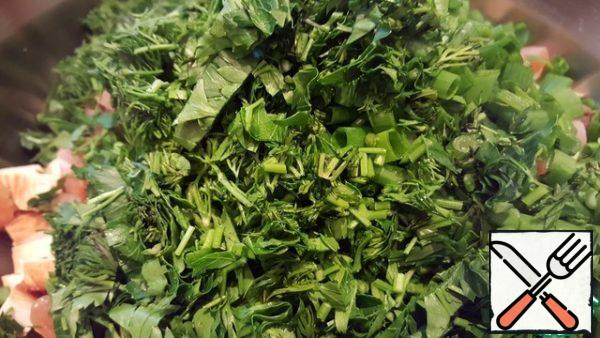 Wash, dry and finely chop the greens. Greenery in the okroshka traditionally should be quite a lot.
