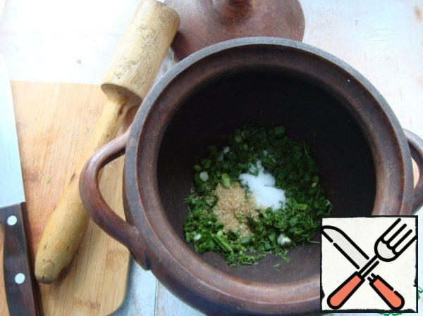 Put in a bowl. I cook okroshka in clay pots. To the onion and dill, put 1 tsp sugar and 1 tsp salt.