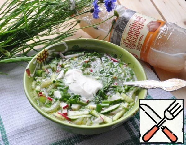 I prefer to put vegetables and herbs in a bowl and pour ice kvass there. From above, put a spoon of sour cream or yogurt. Bon appetit!