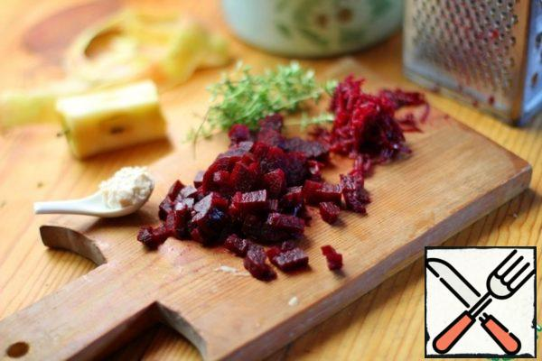 A third of the beets rub on a grater, and the remainder cut into cubes.