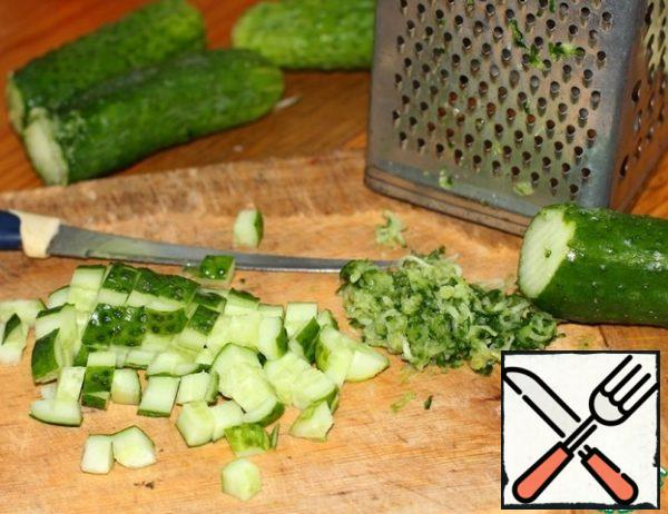 Secret # 1. The ends of the cucumber rub on a small grater, to give the soup a special, full-bodied aroma of freshness. The rest of the cut into cube.