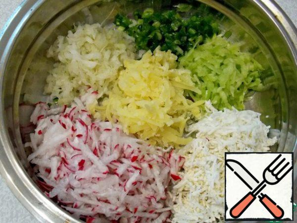 Half of the onion to chop and grind with salt until the juice. All the vegetables, potatoes and eggs grate on a coarse grater. The rest of the onions just chop it.To mix.