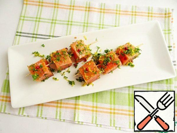 Salmon on skewers rubbing marinade and put in the refrigerator.