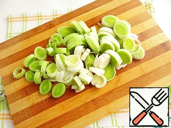 Wash my leeks and slice them in circles.