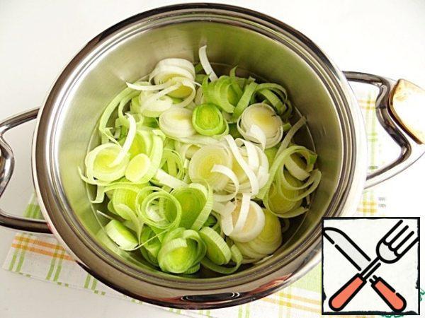 Spread the leeks in a saucepan 3 liters.