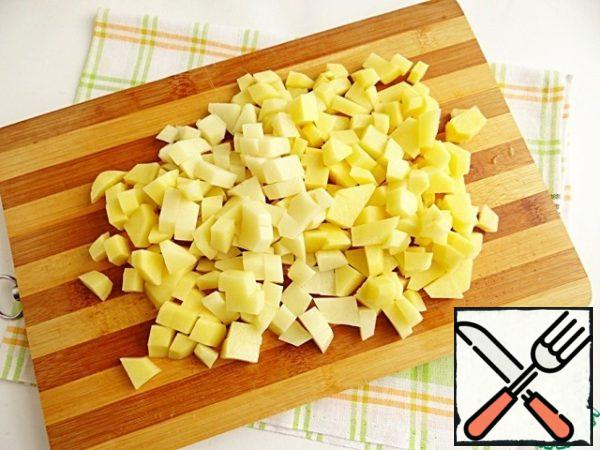 Potatoes clean, wash and cut into cubes.