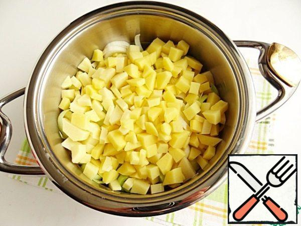Spread the sliced potatoes as the second layer in the pan.
