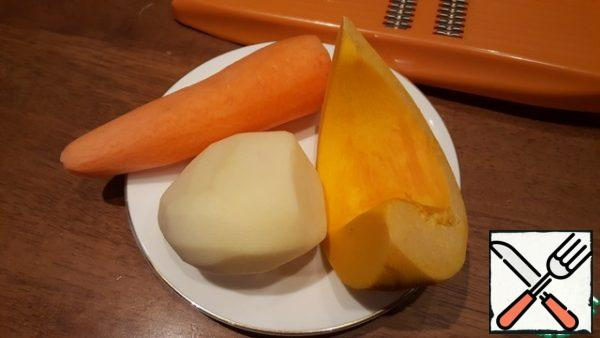 To prepare the vegetables. Wash and peel the pumpkin, carrots and potatoes.