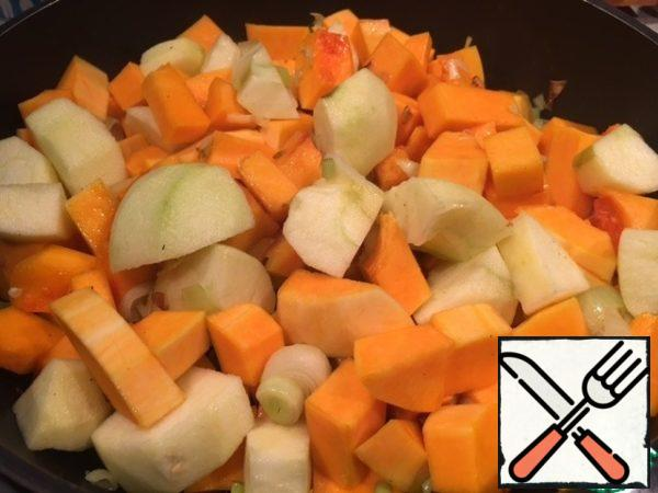 Clean the apples, cut into slices and add to the pumpkin. Pour a little water to the pumpkin and the apples.
