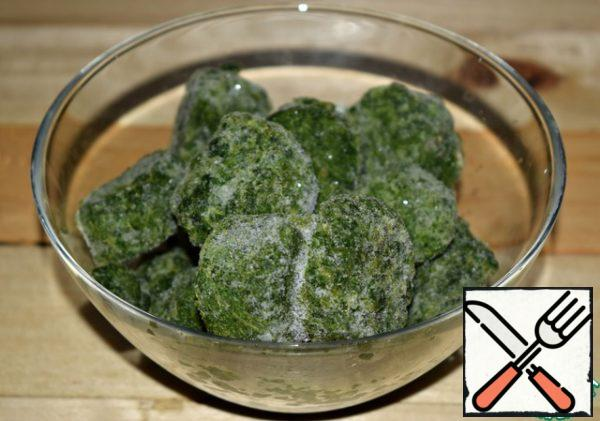 Frozen spinach is to put in a cup. To fully defrost it is not necessary. Enough for spinach to thaw a little.