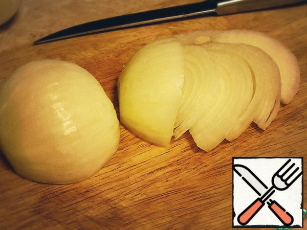 Onion cut into half rings thinly.