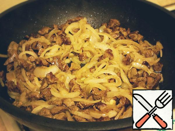 Add the onion to the meat, stir and fry for 5 minutes.