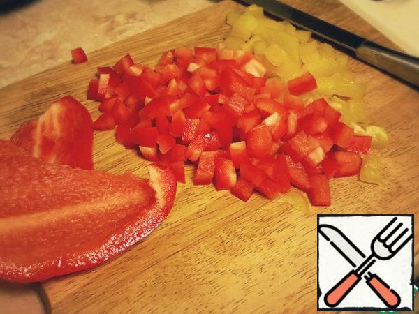 Cut the bell peppers finely.