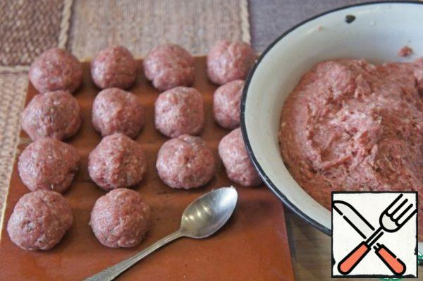 All mix thoroughly until a homogeneous mass, a little to beat the meat and then form balls. Put in the cold.