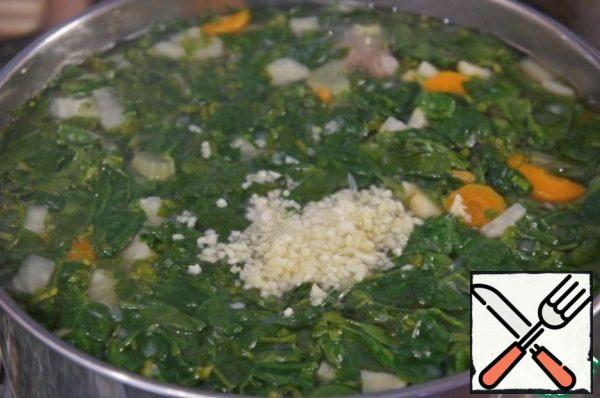 Ready soup remove from heat, add the chopped garlic, cover and allow to infuse. So the soup was not too spicy, after cooking you should remove it  the pepper.