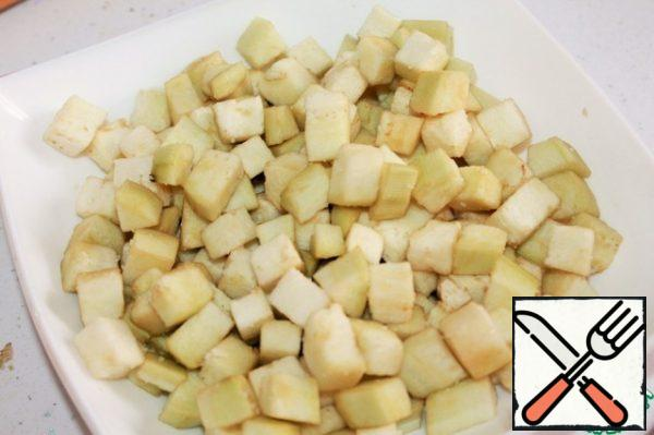 Eggplant peel, cut into cubes, salt. Leave for 20 min then wash with cold water, dry it with a towel.
