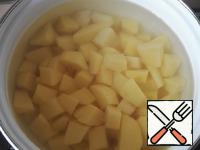 For starters, clean the potatoes, cut small cubes, pour cold water and put to cook.