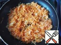 In the pan, dissolve the butter, fry the onion until transparent, add carrots, and all together fry until soft.