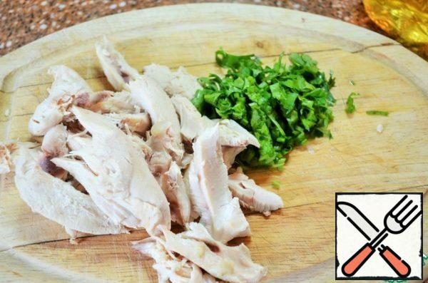 The chilled chicken to cut. Chop the coriander. Put in the soup, bring to boil and remove from heat.