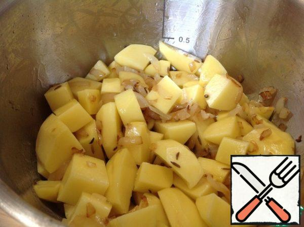 In a pan add the potatoes, stir so that the potatoes are completely covered with butter. Continue cooking for about 5 minutes, stirring every 2 minutes.