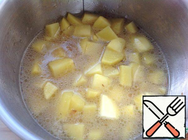 Pour hot water, bring to a boil and cook until potatoes are soft.