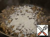 Prepared fresh mushrooms put in a pan with hot oil and well browned. Lightly sprinkle with flour and fry, stirring often.