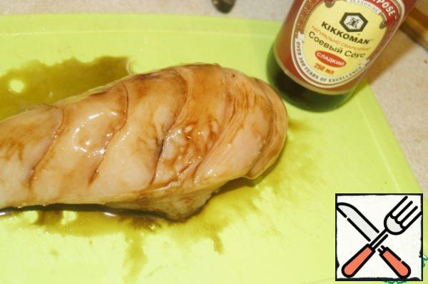 On chicken fillet make cuts, but not until the end of, grate garlic, vegetable oils and soy sauce.