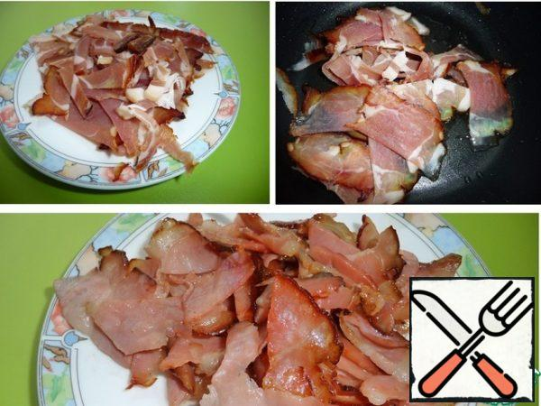 In a pot with a thick bottom over medium heat, heat the vegetable oil and fry the bacon until Golden. Shift to a plate.