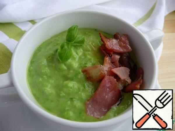 Serve pea cream soup, decorating its surface with fried bacon, seeds or rusks, a few drops of olive oil or a pinch of spices.