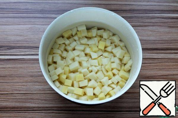 When the barley to cook until soft, add to the pan the potatoes, cutted into small dice and rinsed in water.