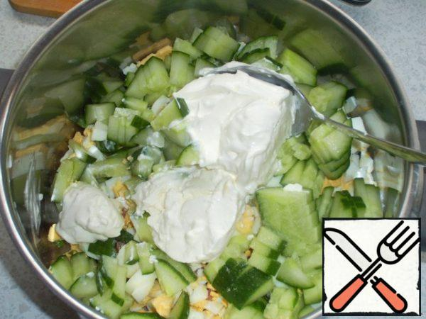 Add sour cream, all the veggies and sausage mixture and salt, add very cold water.