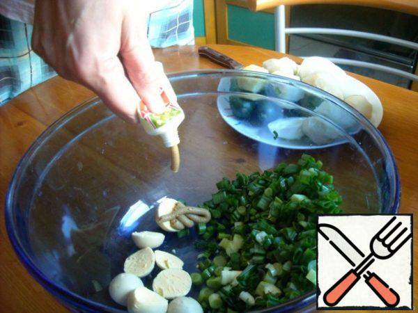 Green onions to chop and put in those dishes in which you prepare the okroshka. There same-yolks from boiled eggs and mustard.