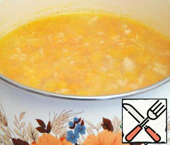 Pumpkin and carrots cut into cubes, add to the pan, pour in the chicken broth and simmer 20 minutes, season with salt (if needed).