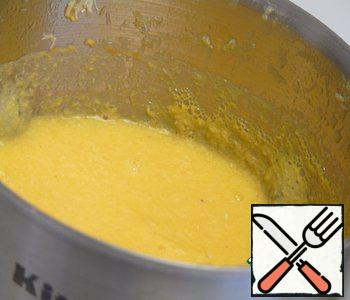 Pour the soup into a blender, grind into a homogeneous mass. Pour into a pan and heat to the desired temperature.
