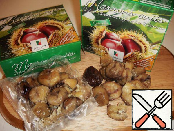 I was able to buy only a ready chestnuts. If you are lucky enough to get fresh, they must be cleaned from the peel and soak in water overnight. And the next day, pour boiling water to peel off the second peel, and wash with cold water.