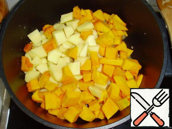 Cut cubes pumpkin, potatoes, onion, chopped cut garlic. Fry in a small amount of oil onion and garlic, add pumpkin and potatoes, if desired - ginger. Put it out.