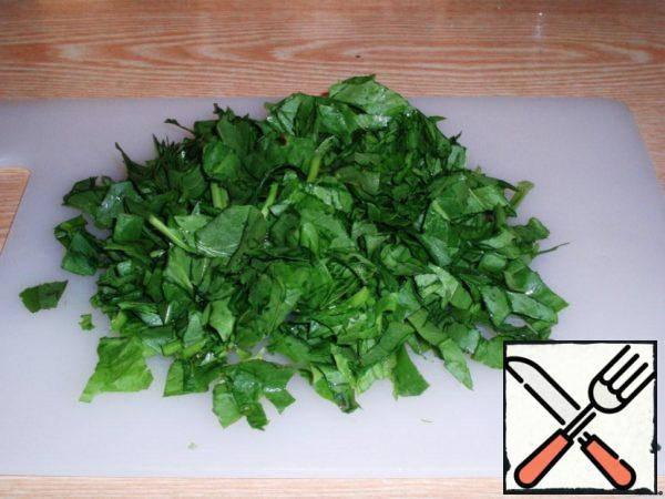Pour a pot of 3 liters of water and give it to boil, at this time, cut the sorrel and throw it in boiling water. Minutes 10 cook sorrel broth and then leave it to cool. At the same time put to boil the potatoes in their skins and eggs.