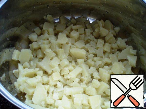 Cut into cubes potatoes.