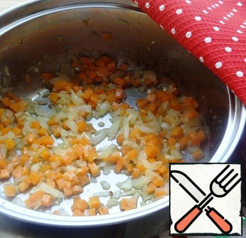 Remove the roasted meat and fry the finely chopped carrots and onions in the same oil.