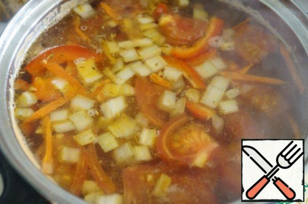 Ready to fry put in the broth and boil for 5 minutes. Remove from heat. If necessary, the soup if needs add more salt.