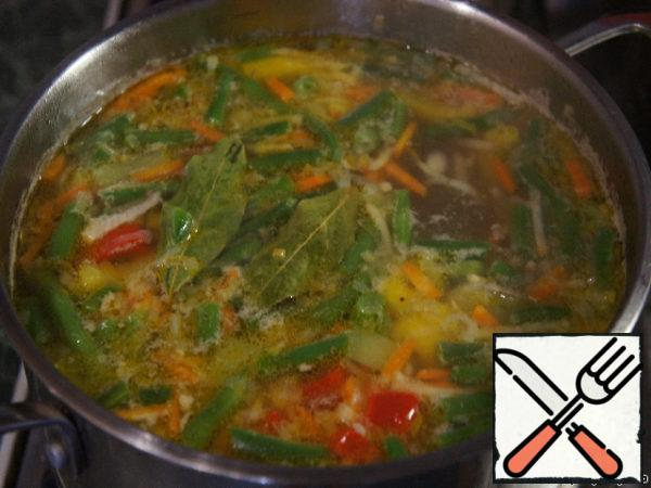 Fire off, add the chopped garlic, cover and let the soup to infuse for about 15 minutes.