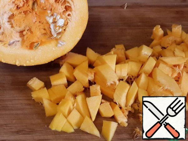 Pumpkin also cut into cubes. Celery and pumpkin to send a pan to the onions and fry a little.