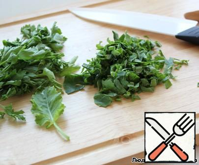Parsley and kohlrabi leaves finely chop.