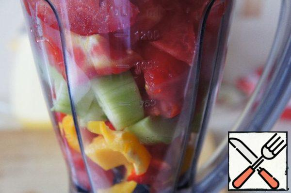 Place the remaining vegetables in a blender. To make a puree.