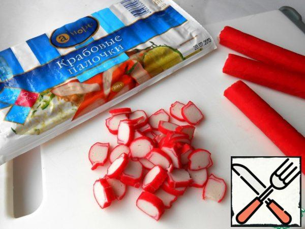 Slice the crab sticks, leaving a few pieces for decoration.